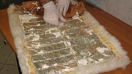Szőnyegbe rejtve csempészte a kokaint