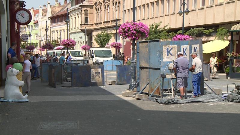 A térkő cseréje folyik az Ady Endre utcában