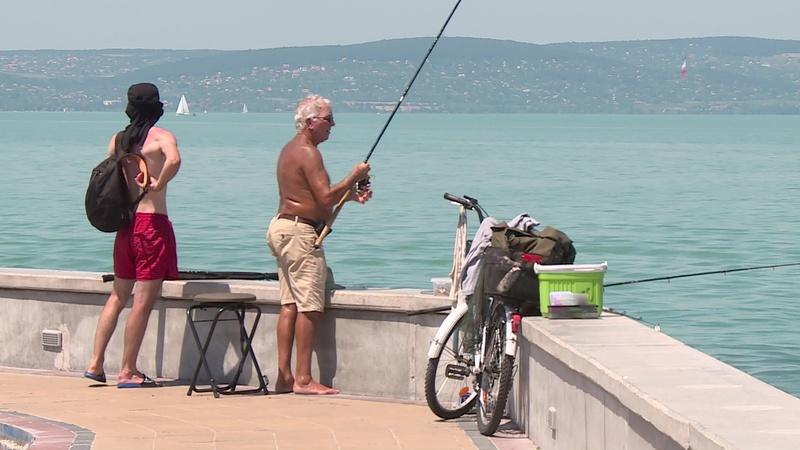 Horgászok a siófoki mólón