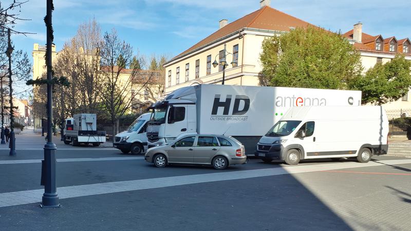 Szombat óta készenlétben áll az MTVA közvetítőkocsija a kaposvári székesegyház előtt