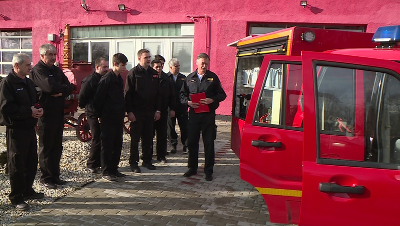 Dobson Tibor tűzoltó dandártábornok mutatja be az új járművet