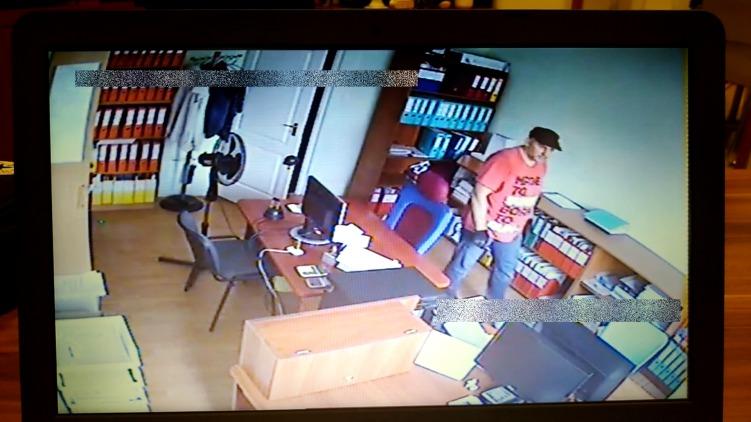 A rendőrség kéri mindazok jelentkezését, akik a képen látható személyt felismerik.