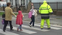 Önzetlen gyerekőr vigyáz a Kisfaludy utcai iskolánál