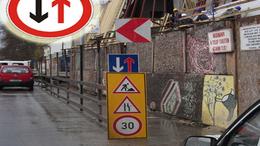 Felcserélt táblák a Baross utcában