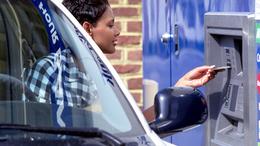 Autóból használható bankautomata kezelési útmutatója: