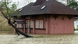 A házak között van még a Balaton vize