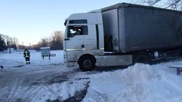 Kamionok árokban, ágyneműtartóba szorult kéz