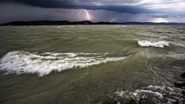 Viharos széllökésekkel támad a hidegfront