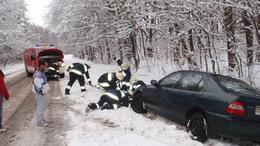 Folyamatosan mentik a bajba jutott járműveket