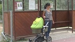 Nem engedték buszra szállni a babakocsis anyukát - videóval