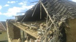 Fotókkal! Kis híján a lakó fejére omlott a ház