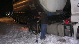 Nehézkes közlekedés, kamionok az árokban