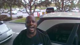 Az internet új sztárja a benzinkúton éneklő páros