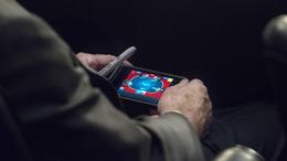 Pókerezett, miközben Szíria megtámadásán tanácskoztak
