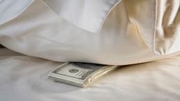 Párnahuzatba rejtette a lopott pénzt