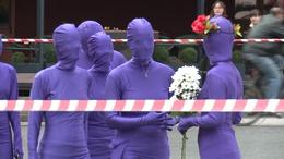 Kik ezek a lila figurák a belvárosban?
