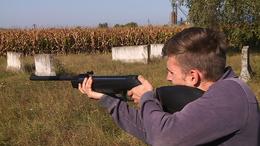 Fegyvert fogtak a fiatalok