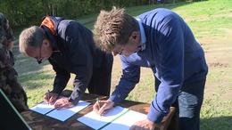 Önkéntesek írtak alá