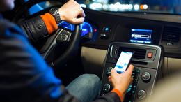 Egyre több halálos balesetet okoznak mobiltelefon-függő sofőrök