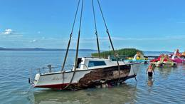 Elsüllyedt vitorlást emeltek ki a vízből Balatonlellénél