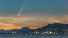 Balaton üstökössel - gyönyőrű fotó az éjszakai égboltról