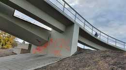 Összegraffitizték az Esterházy hidat