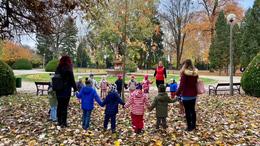 Örökbe fogadtak egy fát a Temesvár utcai óvodások