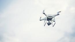 Drónnal és civil autókkal razziáztak