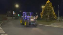 Fényfüzérekbe öltöztetett traktorok és kamionok a Balatonnál