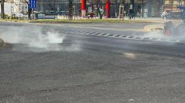 Füstöltek a csatornafedelek a Honvéd utcában