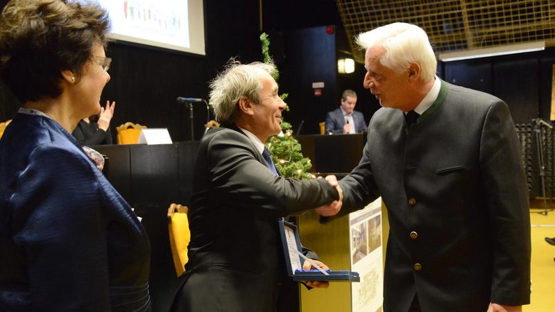 A díjat dr. Neszményi Zsolt kormánymegbízott adta át Barkóczi Istvánnak, a SEFAG Zrt. vezérigazgatójának.