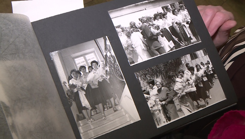 Egy öregdiák mutatja iskolai fotóalbumát
