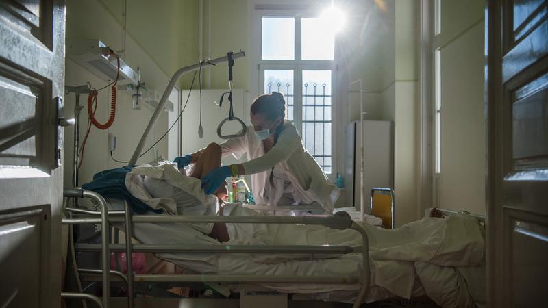 Ápoló lát el egy beteget az Országos Korányi Pulmonológiai Intézet tüdőbelgyógyászati osztályán 2021. február 18-án. A Magyar Ápolási Egyesület kezdeményezésére 2014 óta február 19-e, Magyarország első főápolója, Kossuth Zsuzsanna születésének évfordulója a magyar ápolók napja. MTI/Balogh Zoltán