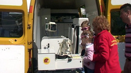Gyermek-mentőorvosi kocsit adtak át Pécsen