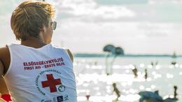 Elsősegélynyújtók óvják a strandolók biztonságát