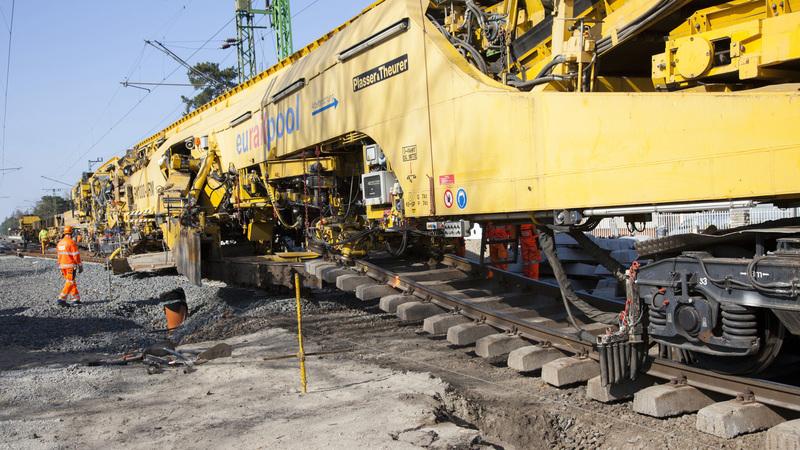 A Plasser-Theuer BM 1000 típusú, Európában egyedülálló alépítményjavító géplánc működés közben a dél-balatoni vasútvonal korszerűsítési munkálatain Balatonlellénél; fotó: MTI/Varga György