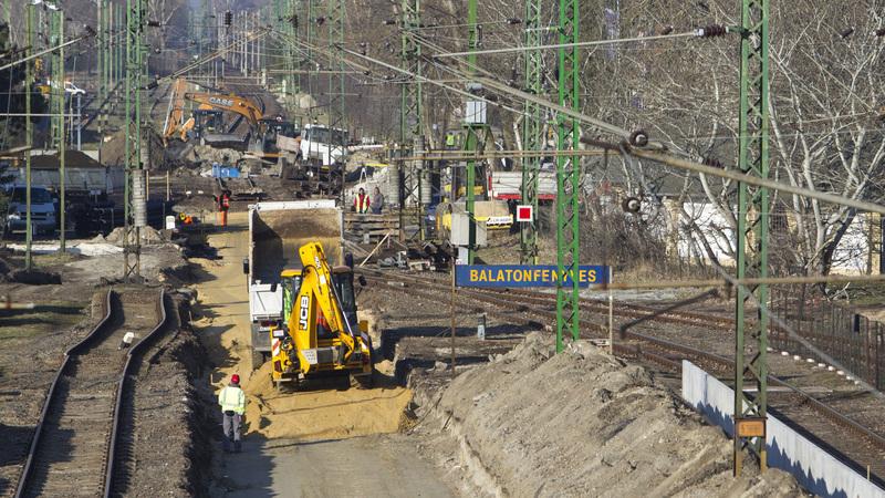 A dél-balatoni vasútvonal felújítási munkálatai a balatonfenyvesi vasútállomásnál; fotó: MTI/Varga György