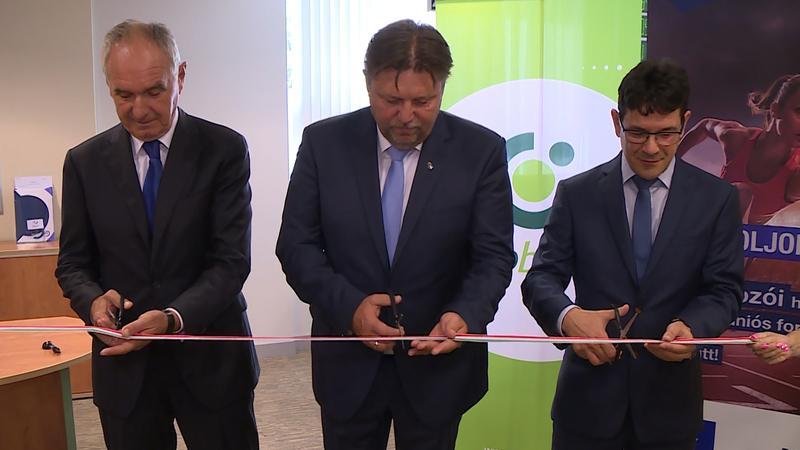 A szalagot Szita Károly, Kaposvár polgármestere, Gelencsér Attila, a térség  országgyűlési képviselője, valamint Bálint Dénes, az OTP Bank Dél-dunántúli régiójának ügyvezető igazgatója vágták át.