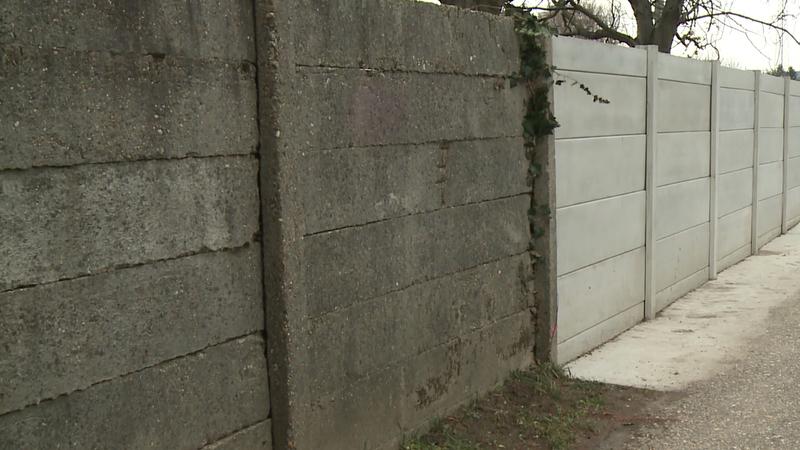 Az urnafal áthelyezése miatt egy szakaszon már sikerült felújítani a betonkerítést.