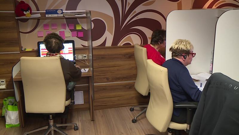 Nyugdíjas munkavállalók dolgoznak egy kaposvári irodában