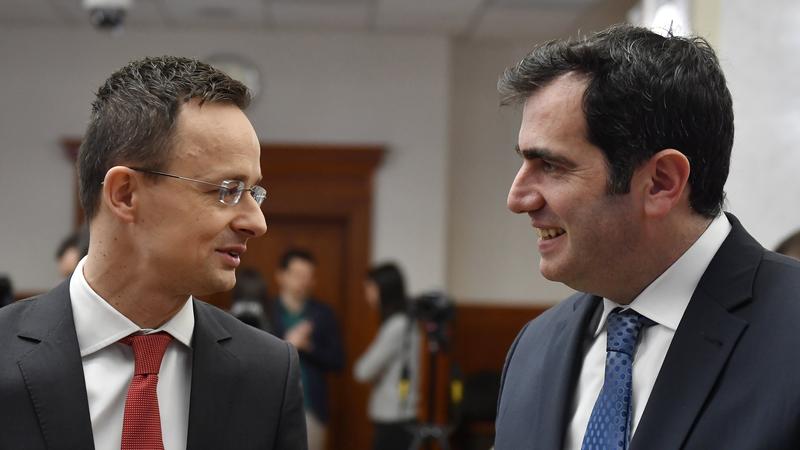 Szijjártó Péter külgazdasági és külügyminiszter és Ugur Üstünel, a török tulajdonú Metyx Hungary Kft. ügyvezető igazgatója. fotó: MTI/Illyés Tibor