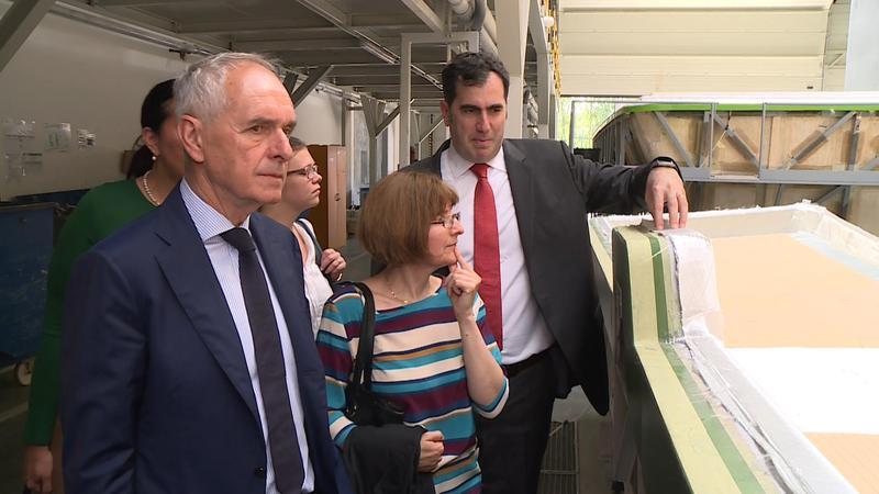 Szita Károly (b) és Ugur Ustunel (j) egy mai gyárlátogatáson