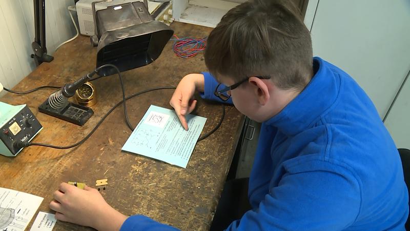 A tanulók így ma délelőtt áramköröket is összeállíthattak és segíthettek néhány háztartási kisgép összeszerelésében is.