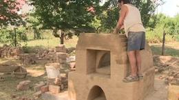Épül a régió egyetlen hagyományos csángó köztéri kemencéje - videóval!