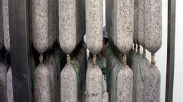 Speciális üzemcsarnokban érlelik a szalámit Kaposváron