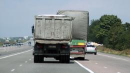 Teherautókat és buszokat ellenőriznek a zsaruk