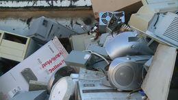 Zsákszámra pakolta ki a veszélyes hulladékot az utcára