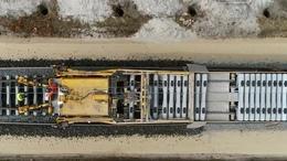 Így fektetik a síneket a Balaton-parton
