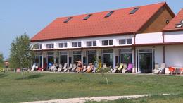 Lesz kemping, gyerekmedence és látogatóközpont is