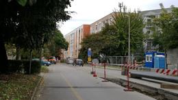 Folyamatosan zajlik az Arany János utcában a munkaárok visszatöltése